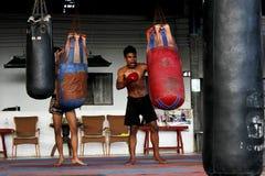 训练课的年轻毛泰国拳击手 免版税库存照片