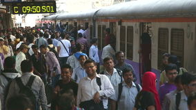 训练身分在拥挤火车站在孟买 股票录像