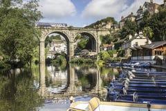 训练通过在被成拱形的桥梁在Knaresborough,约克夏 免版税库存照片