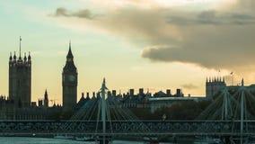 训练通过在金黄周年纪念桥梁,伦敦 股票视频