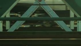 训练错过在桥梁,关闭,伦敦 股票录像