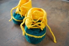 训练鞋子的钩针编织婴孩 孩子的第一双鞋子 免版税库存照片