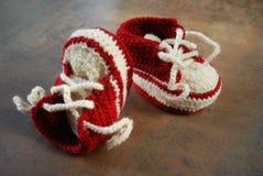 训练鞋子的钩针编织婴孩 孩子的第一双鞋子 库存图片
