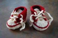 训练鞋子的钩针编织婴孩 孩子的第一双鞋子 库存照片