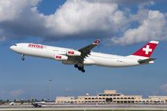 训练飞行的瑞士人A340 免版税库存照片