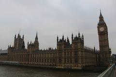 议会和大本钟从威斯敏斯特桥梁 免版税库存照片