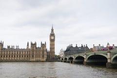 议会和威斯敏斯特桥梁议院与大本钟塔的在伦敦,英国 图库摄影