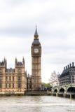 议会和威斯敏斯特桥梁议院与大本钟塔的在伦敦,英国 库存图片