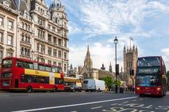 议会和红色公共汽车议院在伦敦 库存照片