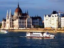议会在布达佩斯和多瑙河有小船的 库存照片