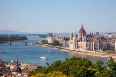 议会在布达佩斯和船惊人的大厦在前面 库存图片