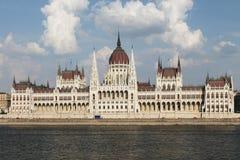 议会在布达佩斯门面正面图安置 库存照片
