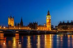 议会在晚上,伦敦大本钟和议院  库存照片