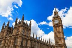 议会在晴天,伦敦大本钟和房子  库存照片