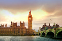 议会夜,伦敦大本钟和房子  免版税库存照片