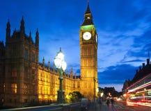 议会夜,伦敦大本钟和房子  免版税图库摄影