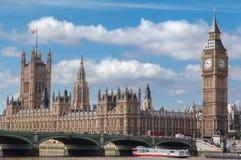 议会大厦和大笨钟・伦敦英国 库存照片