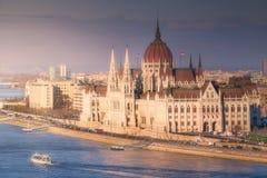议会大厦和河布达佩斯多瑙河  免版税库存图片