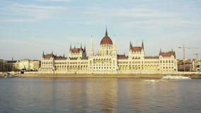 议会大厦在多瑙河的晚上在布达佩斯,匈牙利 股票录像