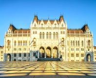 议会大厦在布达佩斯在一个明亮的晴朗的早晨 免版税库存图片