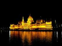 议会大厦在布达佩斯在晚上 库存照片