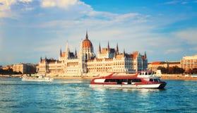 议会大厦在布达佩斯,匈牙利在一个明亮的晴天, 免版税库存图片