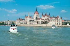 议会大厦在布达佩斯,匈牙利在一个明亮的晴天 免版税库存照片