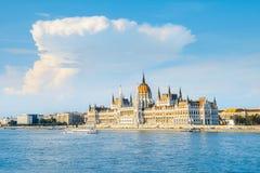 议会大厦在布达佩斯,匈牙利在一个明亮的晴天 免版税图库摄影