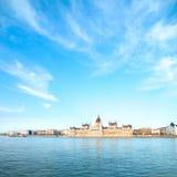 议会大厦在布达佩斯,匈牙利在一个晴天 免版税库存图片