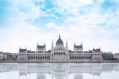 议会大厦在布达佩斯,匈牙利在一多云天 免版税图库摄影