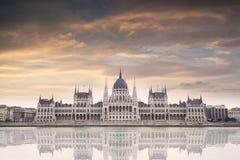 议会大厦在布达佩斯,匈牙利在日落的一多云天 库存照片