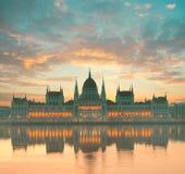 议会大厦在布达佩斯,匈牙利,在黎明 库存图片