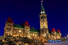 议会大厦在渥太华, Christmastime的加拿大 免版税库存图片