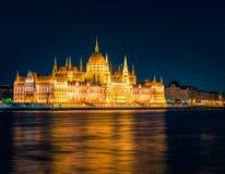 议会大厦晚上视图  图库摄影