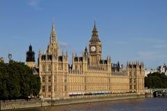 议会大本钟、议院和泰晤士河 库存照片