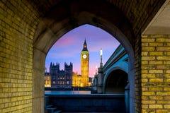 议会大本钟和议院在微明的 图库摄影