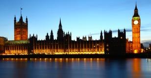 议会大本钟&房子在黄昏的 免版税库存图片