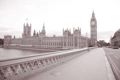 议会大笨钟和之家从威斯敏斯特桥梁的; 伦敦 库存照片