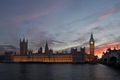 议会议院在黄昏的伦敦 库存图片
