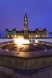 议会小山和百年火焰在渥太华,加拿大 免版税库存照片