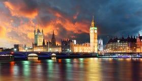 议会晚上,伦敦,英国大本钟和议院 免版税库存照片