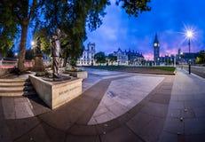 议会正方形和女王伊丽莎白塔全景在Londo 图库摄影