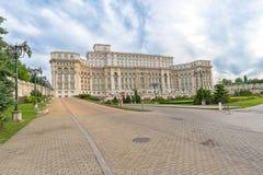 议会的宫殿在布加勒斯特侧视图的 库存图片