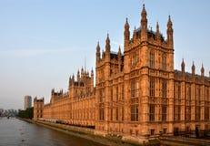 议会议院从威斯敏斯特桥梁清早土地的 库存照片