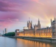议会议院在日落的威斯敏斯特-伦敦 图库摄影
