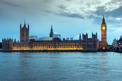 议会议院夜照片与大本钟,威斯敏斯特宫殿,伦敦,英国的 免版税库存照片