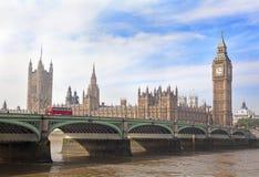 议会,在日落和威斯敏斯特桥梁,伦敦的大本钟议院  免版税库存照片
