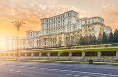 议会,布加勒斯特,罗马尼亚宫殿在日落时间的 库存图片