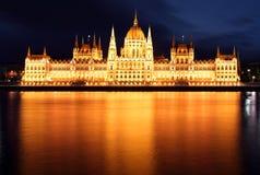议会,布达佩斯,匈牙利在晚上 免版税库存照片