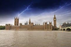 议会,有风暴的-到的伦敦威斯敏斯特宫殿之家  库存照片